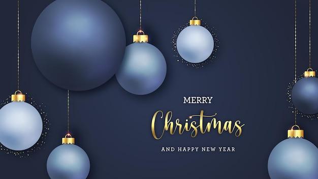 Рождественская элегантная открытка с реалистичными елочными шарами и золотыми элементами
