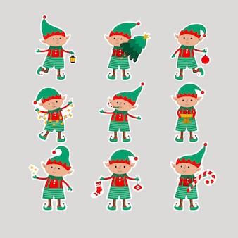 贈り物、木、ボール、ランタン、星、灰色の背景で隔離の花輪とクリスマスエルフ。サンタクロースのヘルパーが付いている平らなステッカー。