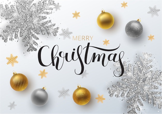 크리스마스 인사말 카드, 배경입니다. 금색과 은색 크리스마스 공, 장식 및 스팽글. 금속 금색과 은색 크리스마스 눈송이. 손으로 그린 글자.