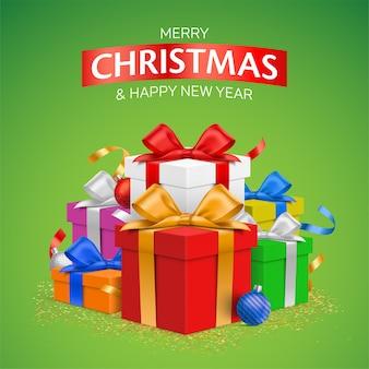 緑の背景に、カラフルなギフトボックスと冬の休日の装飾が施されたクリスマスグリーティングカードのデザイン。