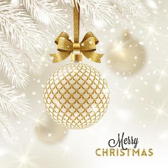 Рождественская открытка - узорчатая золотая безделушка с золотым бантом.