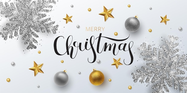 クリスマスのグリーティングカード、webバナー、ベクトルの背景。金と銀のクリスマスボール、飾りとスパンコールが付いています。メタリックゴールドとシルバーのクリスマススノーフレーク。手描きのレタリング。