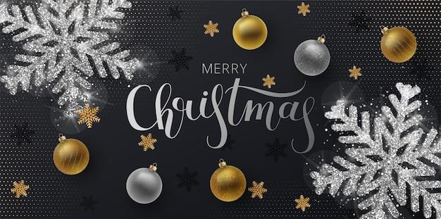 クリスマスグリーティングカード、webバナー、ベクトル黒の背景。飾りとスパンコールが付いた金と銀のクリスマスボール。メタリックゴールドとシルバーのクリスマススノーフレーク。手描きのレタリング。