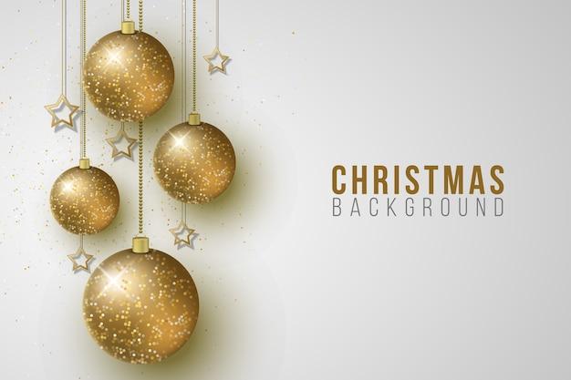 Рождественские висячие сверкающие шары и золотые звезды на ярком фоне.