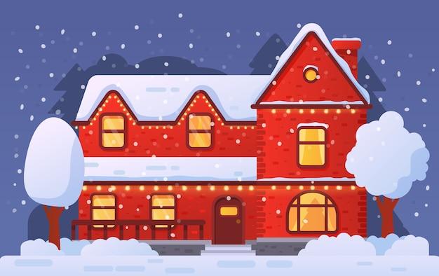 Рождественский домашний фасад украшен гирляндой в снегопаде. сельский дом зимой.