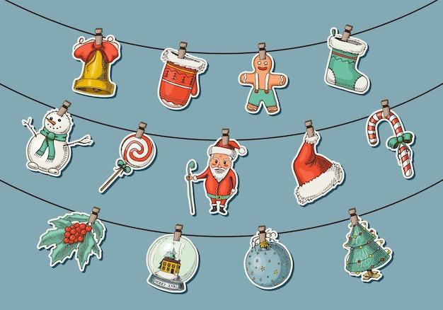 밧줄에 매달려있는 크리스마스 항목. 빈티지 스타일에 새겨진 손으로 그린 스케치.