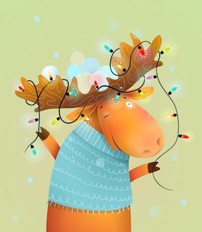 陽気な休日のために飾られた枝角のライトが付いているクリスマスムースまたはトナカイ。子供と保育園の冬の動物のイラスト、水彩風の漫画。