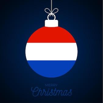 네덜란드 국기와 함께 크리스마스 새 해 공입니다. 인사말 카드 벡터 일러스트 레이 션. 흰색 배경에 고립 된 플래그와 함께 메리 크리스마스 공