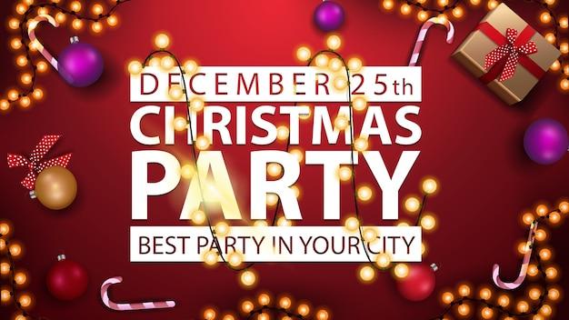 Рождественская вечеринка, лучшая вечеринка в вашем городе, горизонтальный плакат с красным фоном, белый титульный знак, завернутый в гирлянду и подарки, вид сверху Premium векторы