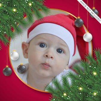 クリスマスフォトフレーム装飾緑松の枝と暗いクリスマスボール