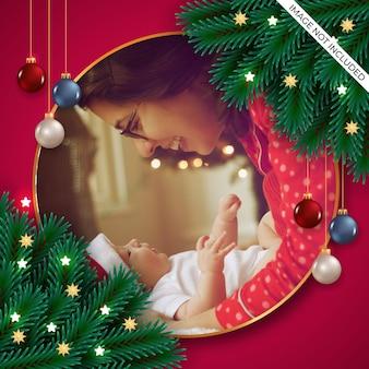 緑の松の枝とダークスタイルのクリスマスボールとクリスマスフォトフレームの装飾