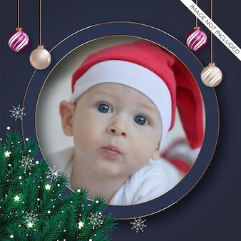 松の枝と赤白のボールでクリスマスフォトフレームの装飾