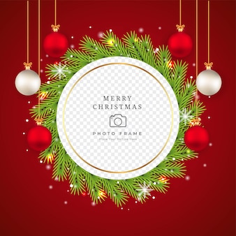 녹색 소나무 화 환으로 크리스마스 사진 프레임입니다. 화환, 흰색 공, 빨간 공이 있는 사진 프레임. 빨간색 배경에 크리스마스 프레임입니다. 장식 요소와 눈송이 크리스마스 사진 프레임입니다.