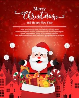 Рождественская открытка санта-клауса с подарочной сумкой в городе