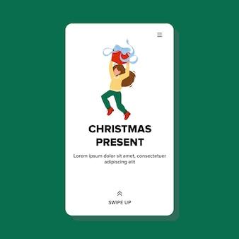 Рождественский подарок получая счастливый вектор маленькой девочки. коробка подарка xmas держа ребенка. удивленный персонаж с праздничным новогодним подарком танцует и прыгает веб-плоский мультфильм иллюстрации