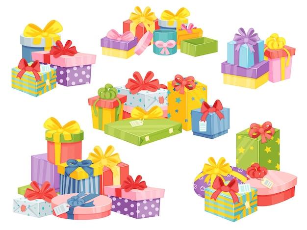 크리스마스 선물 더미, 생일 선물 상자 스택. 선물 상자의 만화 산, 리본 벡터 세트가 있는 포장된 선물 패키지 더미