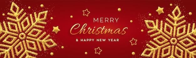 輝く金色の雪片、金の星とビーズとクリスマスの赤い背景。休日のクリスマスと新年のバナー