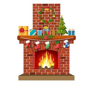 クリスマスの赤レンガの古典的な暖炉