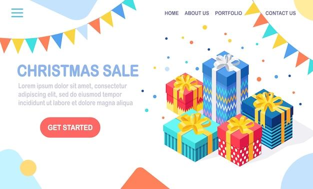 Рождественская распродажа. 3d изометрическая подарочная коробка, подарок с лентой, бантом, праздничными флагами изолированы. целевая страница.
