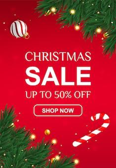 Рождественская распродажа баннер со скидкой 50% с леденцом и еловыми ветками.