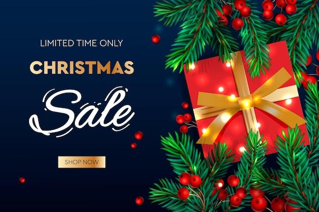 Рождественская распродажа баннер реалистичные еловые ветки с ягодами и подарочной коробкой векторные иллюстрации