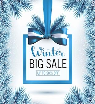 雪の青いクリスマスツリーの枝フレームと弓のバナーとクリスマスセールバナー。ビッグウィンターセール、プロモーション