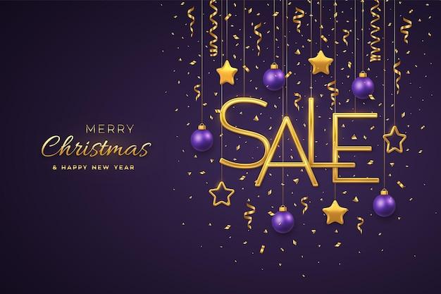 クリスマスセールデザインバナーテンプレート。紫色の背景に3dメタリックの星、ボール、紙吹雪とゴールデンメタリックセールの手紙をぶら下げます。広告ポスターまたはチラシ。リアルなベクトルイラスト。