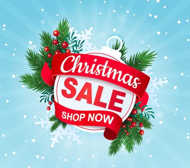 Рождественская распродажа скидка баннер с елочным шаром и еловыми ветками.