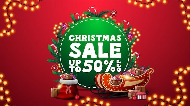 Рождественская распродажа, баннер со скидкой с зеленым кругом, украшенный ветками елки и гирляндой