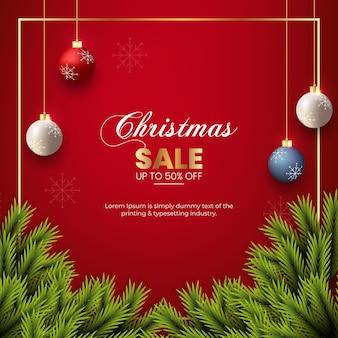 クリスマスセールポストクリスマスボールと松の枝で飾る