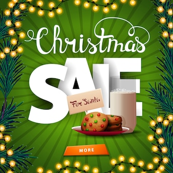 クリスマスセール、サンタクロースのための大きなボリュームの文字、ボタン、牛乳のガラスとクッキーと正方形の緑の割引バナー