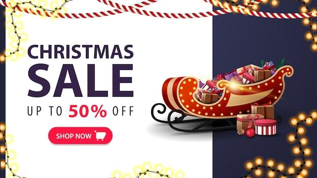 クリスマスセール、最大50%オフ、サンタそり付きの白と青の割引バナー、プレゼント、花輪、ボタン付きオファー