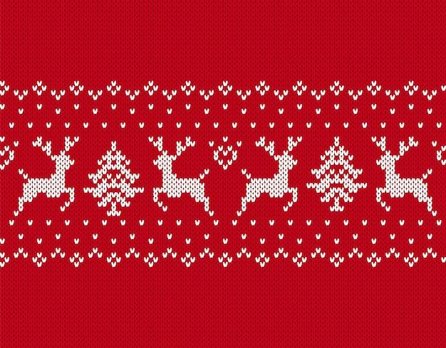 クリスマスのシームレスなパターン。鹿、木とのニットの質感。ニットの赤いセーターの背景。ホリデーフェアの伝統的な飾り。お祝いのクリスマスウィンタープリント。