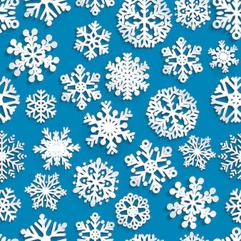影のある紙の雪片のクリスマスのシームレスなパターン、青に白