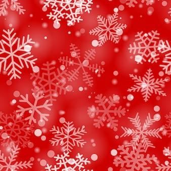 さまざまな形、サイズ、赤い色の透明度の雪片のクリスマスのシームレスなパターン