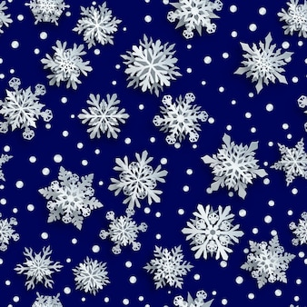紺色の背景に柔らかい影と白い複雑な紙の雪片のクリスマスのシームレスなパターン