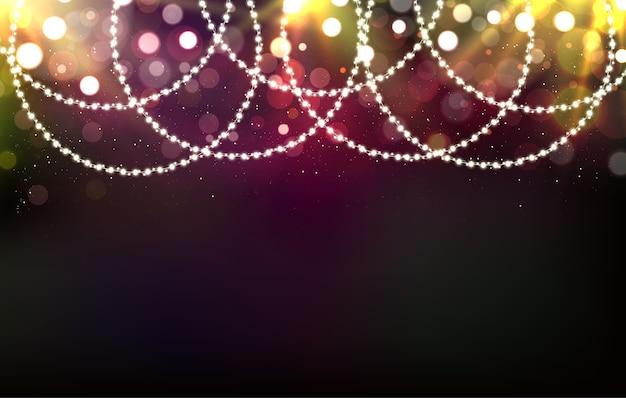 Рождественский яркий фон с гирляндами, огнями и яркими лучами.