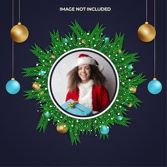 クリスマスソーシャルメディアフォトフレーム緑の葉と金色の空の青いボール