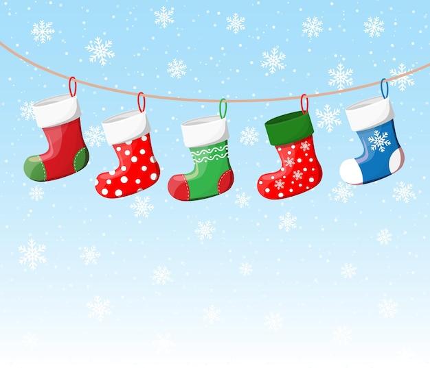 ロープのさまざまな色のクリスマスの靴下