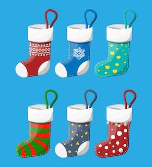 Рождественские чулки разных цветов. набор носков рождественской ткани. висячие праздничные украшения для подарков. празднование нового года и рождества.