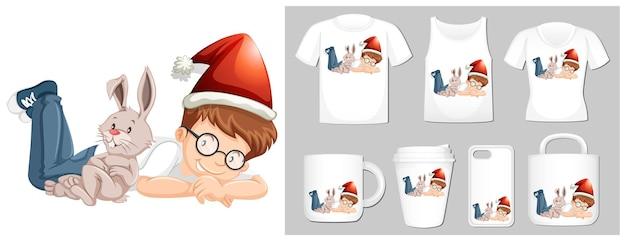 製品テンプレートにサンタの帽子をかぶった男の子とクリスマスのテーマ