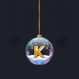 디자인을 위한 새해 나무 장식 요소 안에 황금 3d 문자 k가 있는 크리스마스 장난감 공