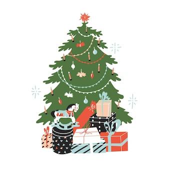 Елка и коллекционные подарки под ней. украшен елочными игрушками, ангелочками, гирляндой и звездой. плоский стиль в векторной иллюстрации. деревянная лошадь.