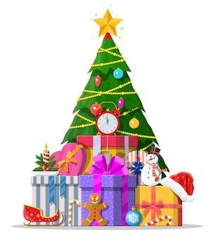 화려한 공, 화환 조명, 골든 스타로 장식 된 크리스마스 트리. 많은 선물 상자. 가문비 나무, 상록수. 인사말 카드, 축제 포스터. 새해.