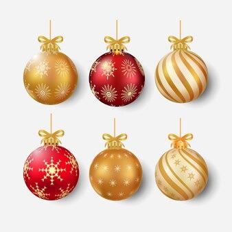 Элементы украшения елки с роскошным красно-золотым цветом и золотой лентой