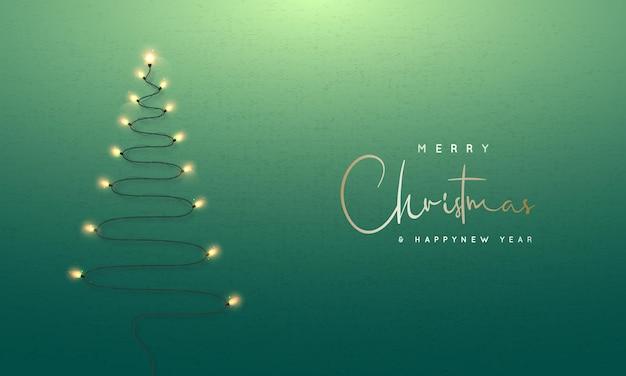Рождественская елка образовала гирлянды на фоне зеленой стены