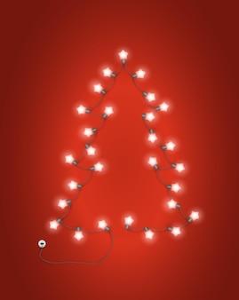 赤の照明の花輪から作られたクリスマスツリー