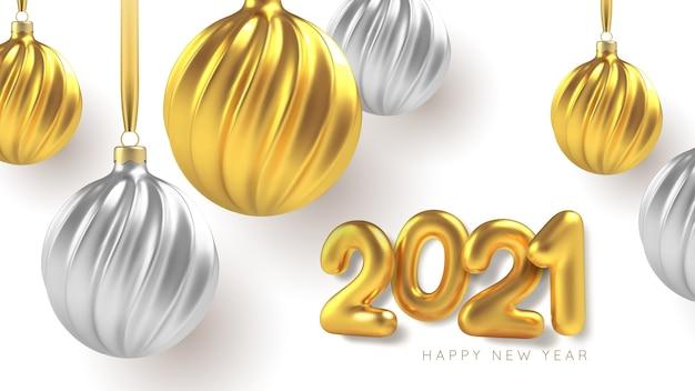 Елочные игрушки из серебра и золота, спиральные шары на белом фоне.