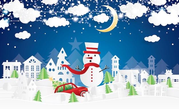 Рождественская деревня и снеговик в стиле вырезки из бумаги. красный грузовик нести рождественскую елку. зимний пейзаж с луной и облаками. векторные иллюстрации. веселого рождества и счастливого нового года.