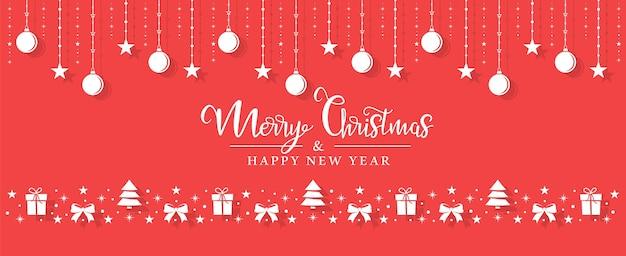 Рождественские белые игрушки висят на веревке на красном фоне.